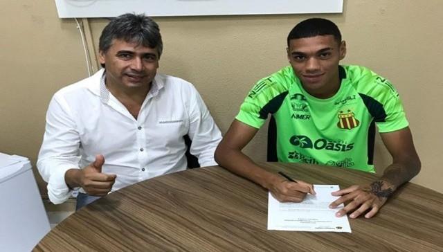 Atacante Ramon assina contrato com o Sampaio
