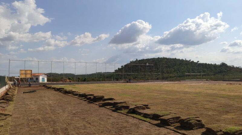 Governo executa reforma de campo de futebol em Duque Bacelar